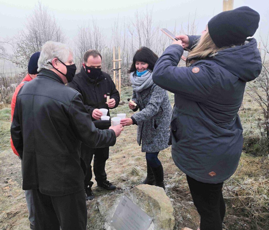 Přípitek čajem nad pamětním kamenem
