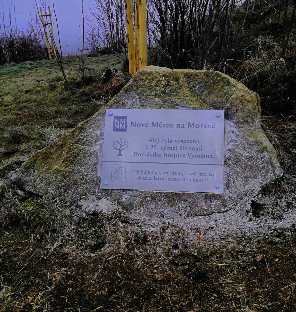 Kámen označující třešňovou alej