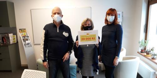 Zástupci nadačního fondu Umění doprovázet předali Domácímu hospici Vysočina šek ve výši 20000 Kč.