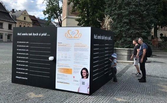 """Zeď """"Než umřu, tak bych si přál..."""" na Vratislavově náměstí"""